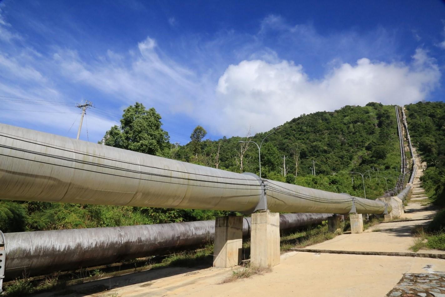 Đường ống công trình thủy điện Đa Nhim được thi công trên địa hình hiểm trở, có nơi độ dốc lên đến 450 (Ảnh: CĐT)